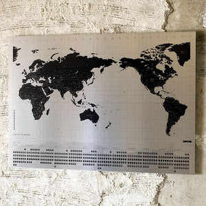 世界地図を壁に飾る